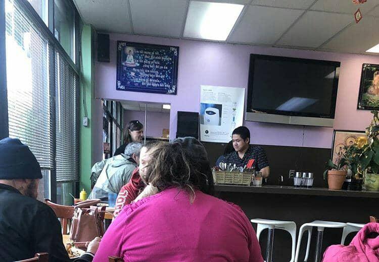 cliente atende mesas restaurante