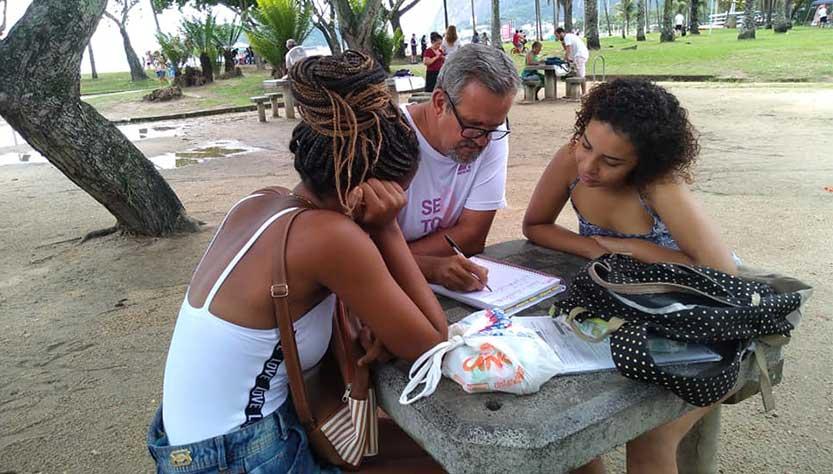 Voluntário e dois alunos em aula no Aterro do Flamengo
