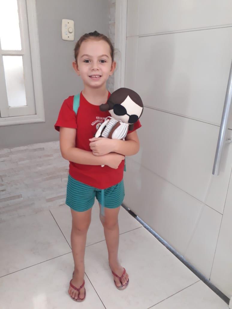 menina ganha boneca deficiente visual aprende diversidade