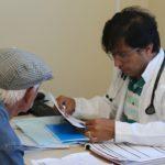 Com falta de médicos em posto de saúde, prefeito assume e realiza atendimentos
