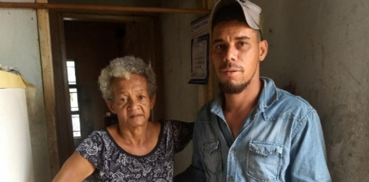 Pedreiro conserta telhados furados para famílias carentes de graça