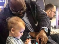 """Pai agradece desconhecido por entreter sua filha em aeroporto: """"Este é o mundo que quero para ela!"""""""