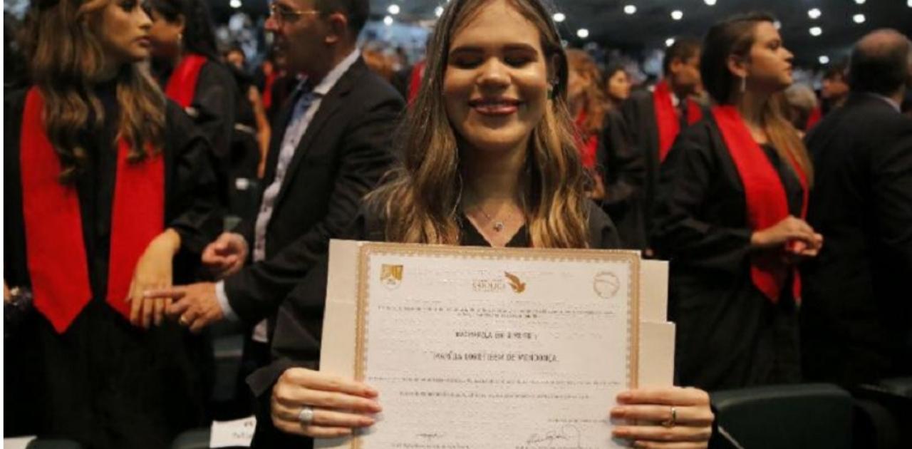 Primeiro diploma em braille é entregue a estudante em Pernambuco