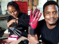 Queniano desenvolve luvas capazes de traduzir em áudio a língua de sinais