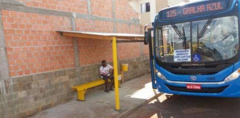 Motorista de ônibus constrói ele mesmo um ponto para os passageiros em Gralha Azul
