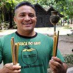 Vendedor de coco de Belém inova e fabrica canudos de bambu