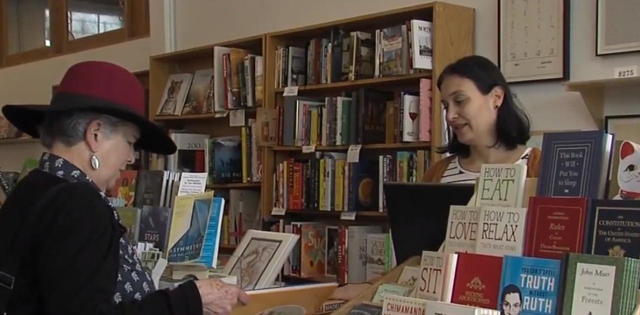 Rivais ajudam comerciante internado e reabrem sua livraria