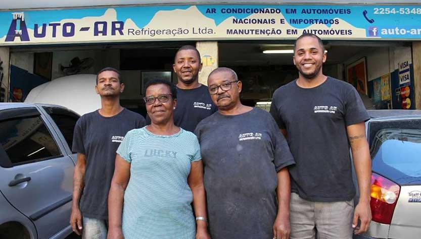 Casal de mecânicos idosos conquista clientes com ato de honestidade