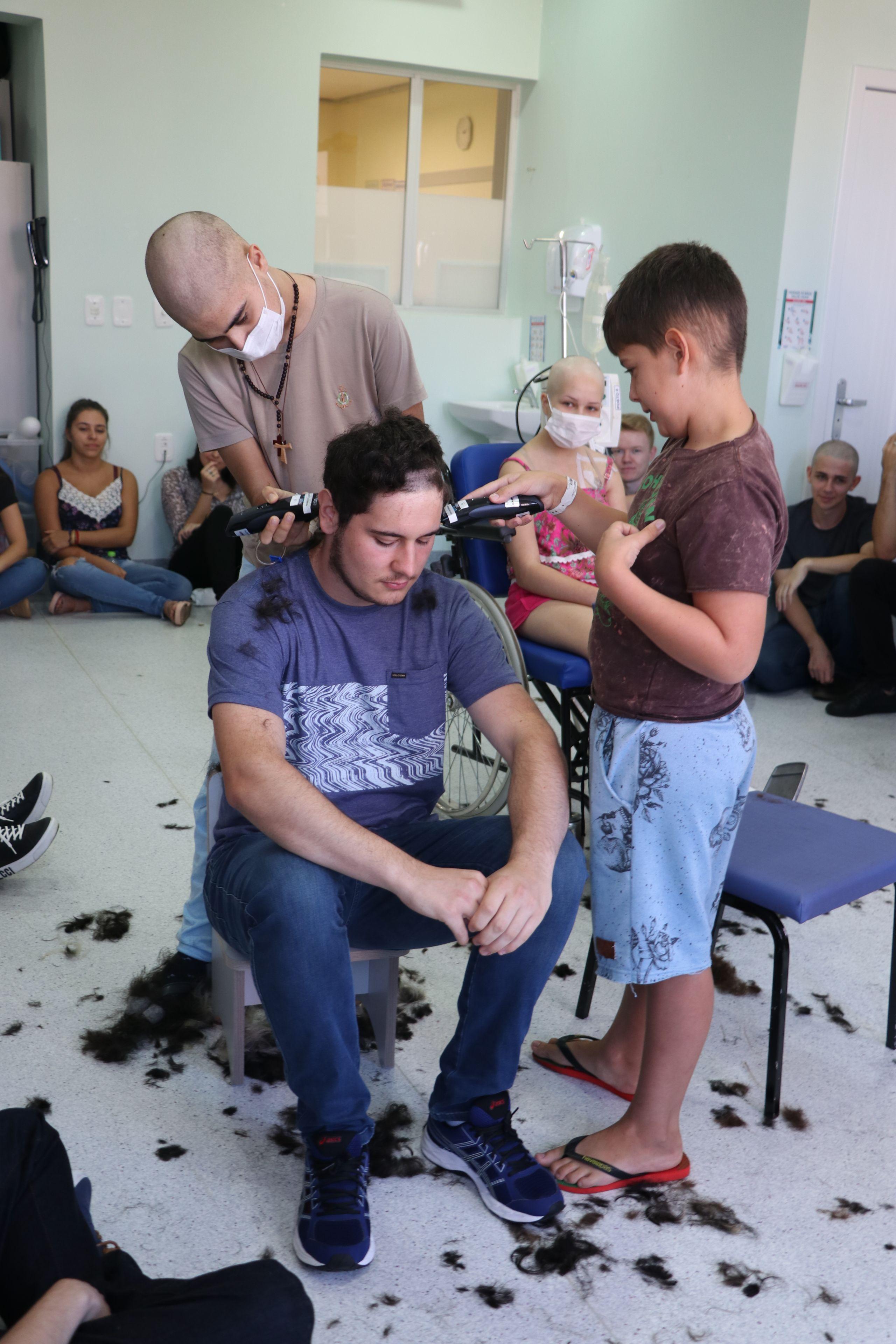 Crianças fazem trote com alunos de Medicina durante tratamento em hospital