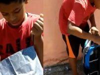 Em vídeo, menino descalço ganha sapatos de policiais militares e se emociona