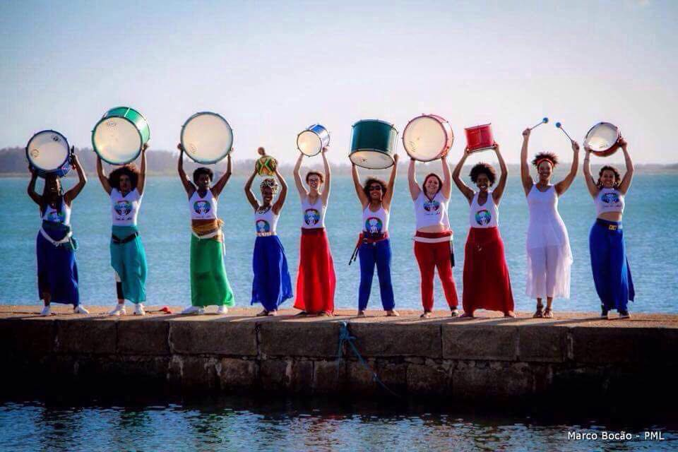 Mulheres com instrumentos de percussão