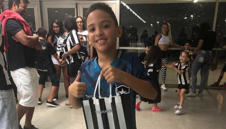 Garoto torcedor do Botafogo com kit oficial que ganhou do time