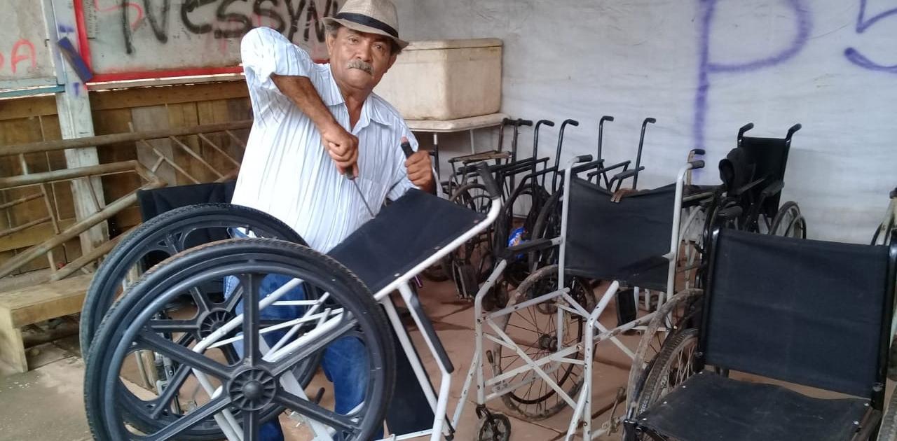 No Maranhão, morador reforma cadeiras de rodas de pessoas carentes