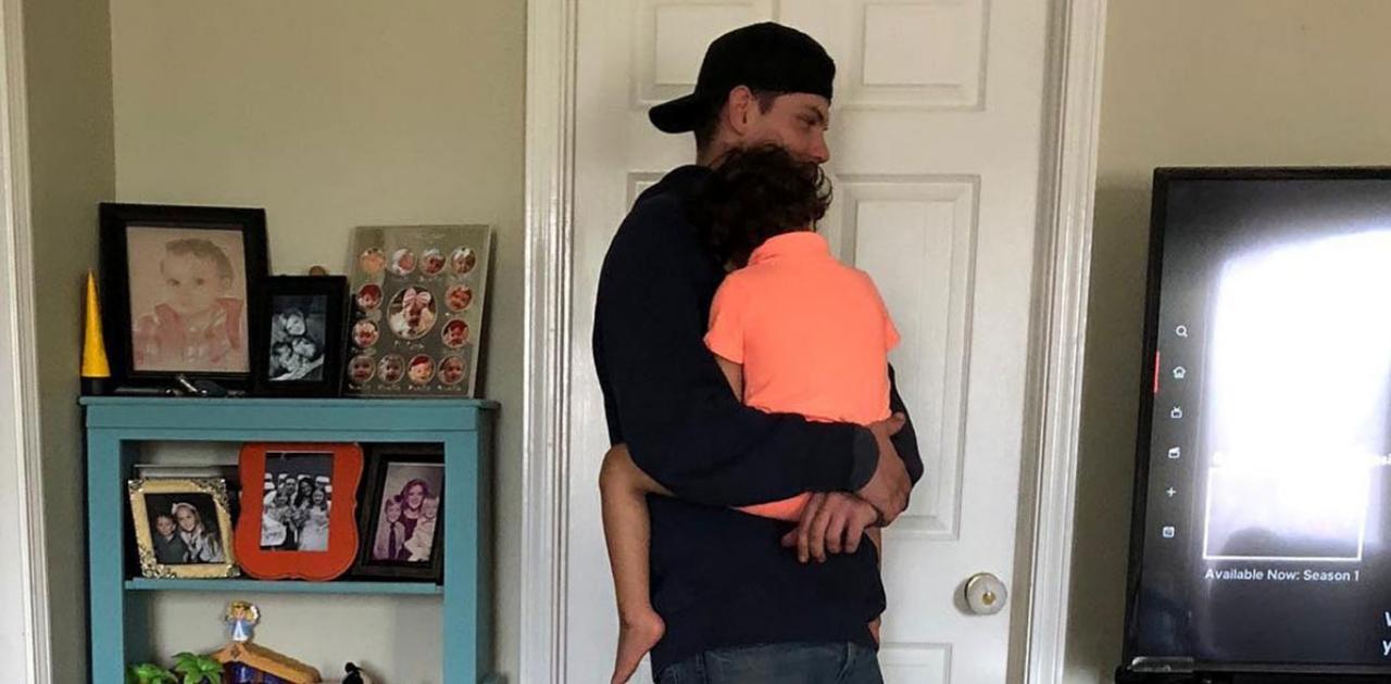 Mãe solicita aumento de salário para técnico que consolou seu bebê cego durante expediente