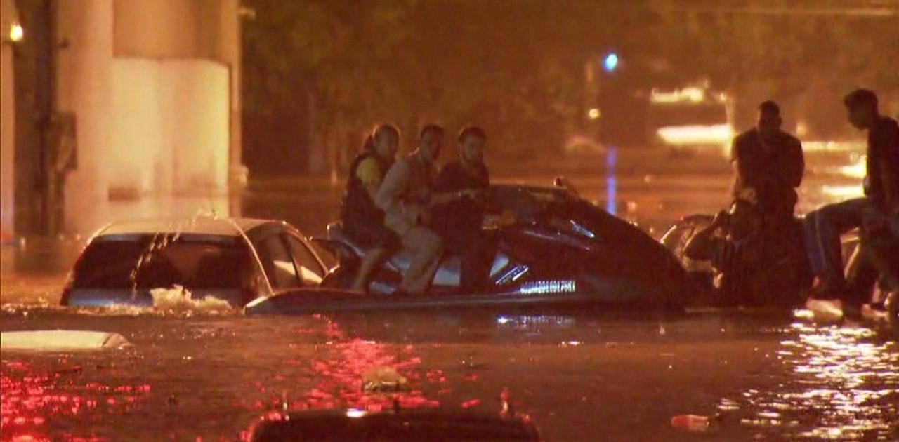 Homem usa moto aquática para resgatar pessoas ilhadas em alagamento na Grande São Paulo