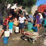 Mulher divide com os vizinhos a água de caminhão pipa que ganhou de presente