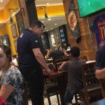 garçom deixa menino assistir jogo futebol bar