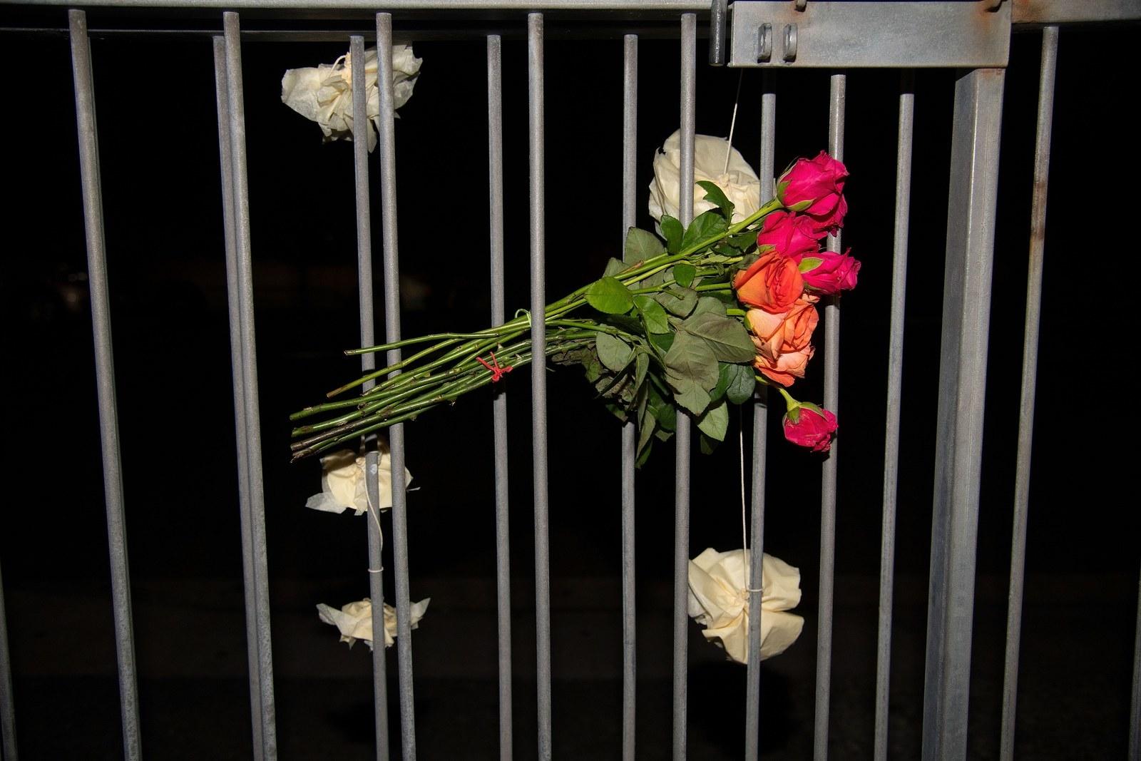 Pessoas do mundo todo estão deixando flores em mesquitas após atentado