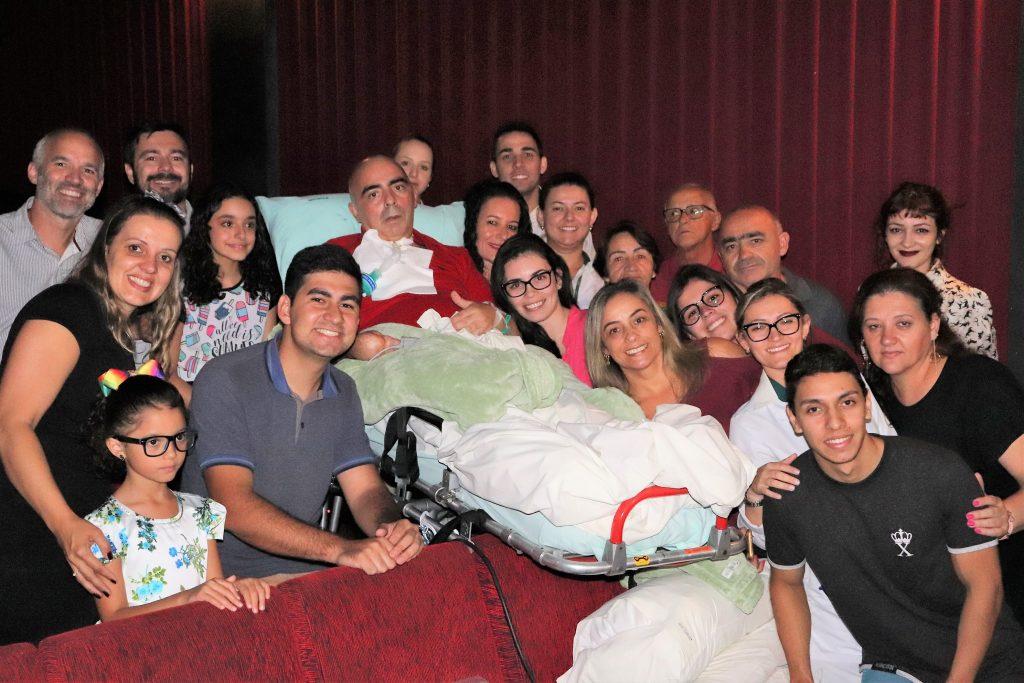 Equipe médica leva paciente com doença neurológica ao cinema para comemorar aniversário da filha