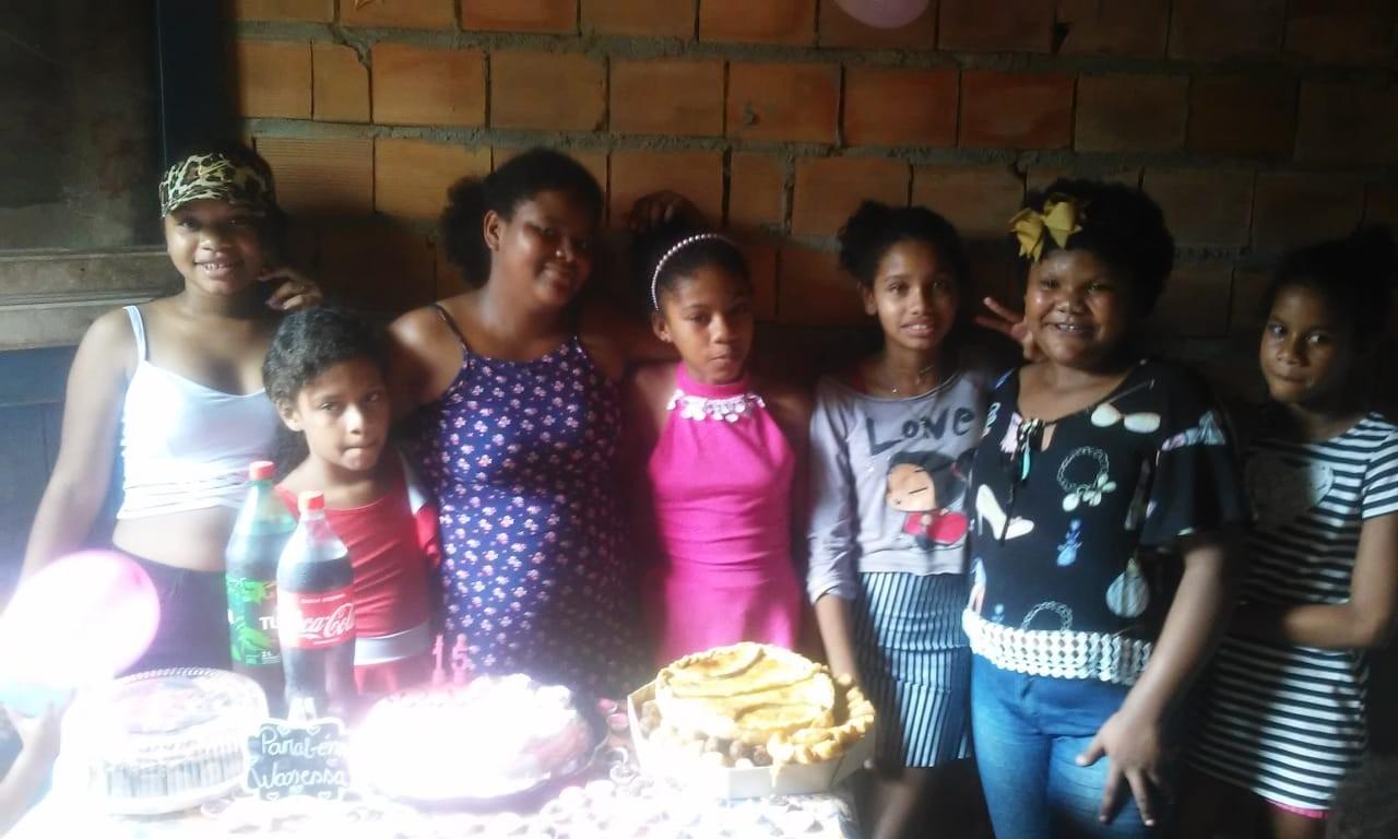 Estudantes fazem festa surpresa de 15 anos para filha de ex-catadores de lixão