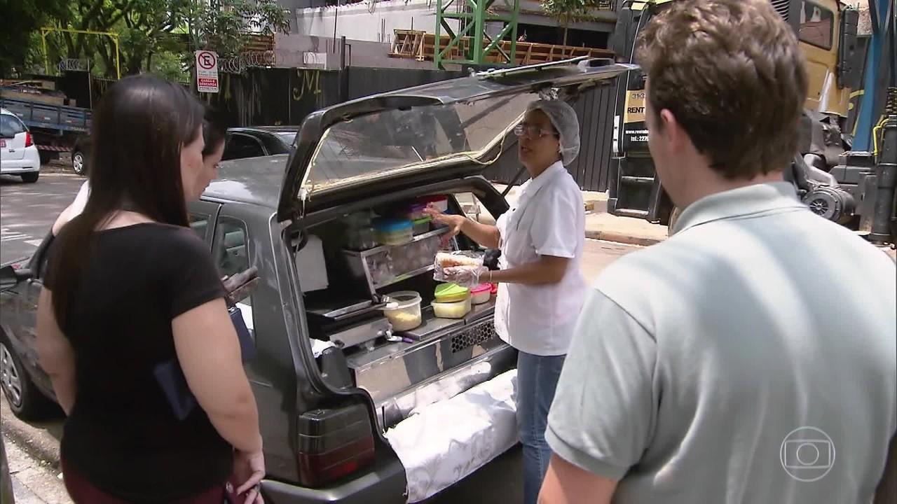 Alunos fazem vaquinha para ajudar vendedora de cachorro-quente que perdeu carro em chuva