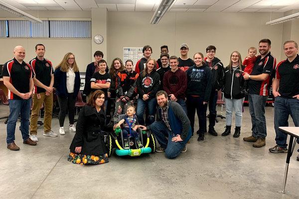 Família sem condições de pagar por cadeira de rodas ganha carrinho adaptado por estudantes