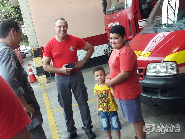 Garoto que sonha ser bombeiro ganha festa especial em quartel de São Carlos (SP)