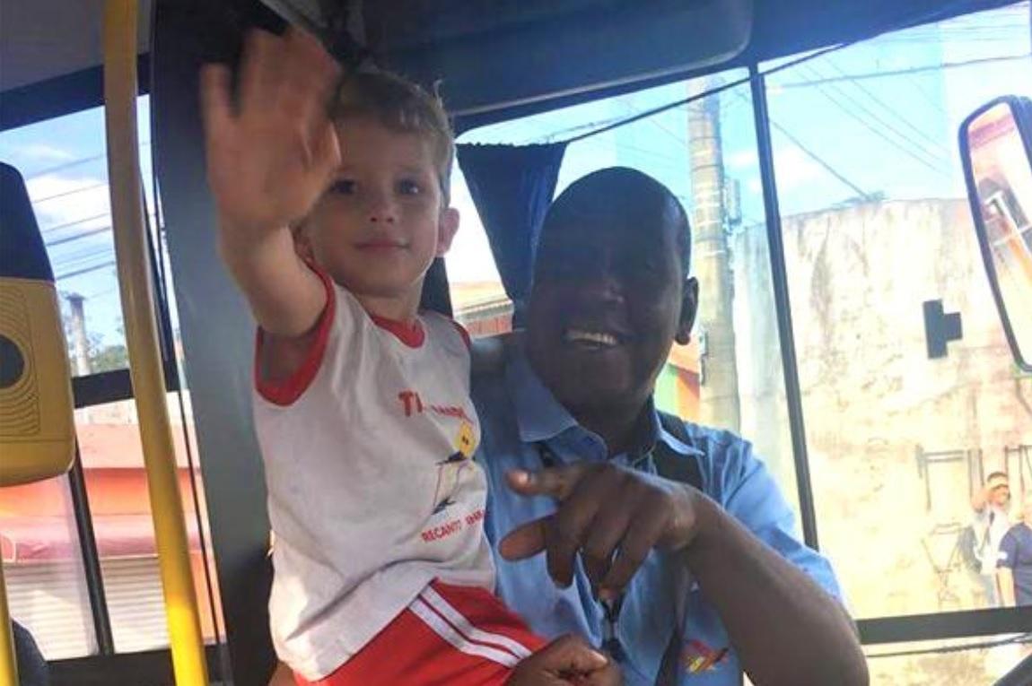 Paixão por ônibus cria amizade entre menino de três anos e motorista