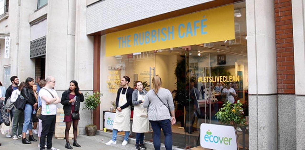 Cafeteria promove troca de embalagens de plástico por comida em Londres