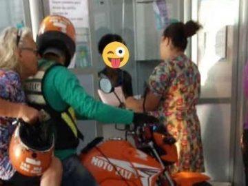 Idosa paraplégica aguarda fila de lotérica em cima de mototáxi em Ariquemes (RO)