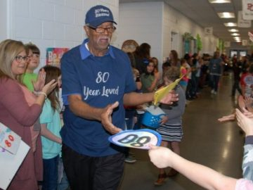 Estudantes comemoram aniversário de 80 anos do faxineiro da escola com festa surpresa
