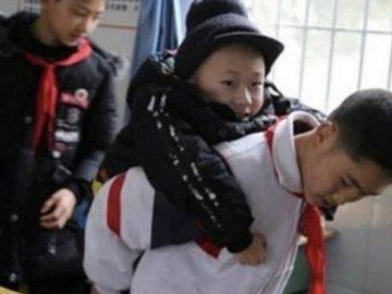 Adolescente leva amigo deficiente nas costas para a escola todos os dias há seis anos