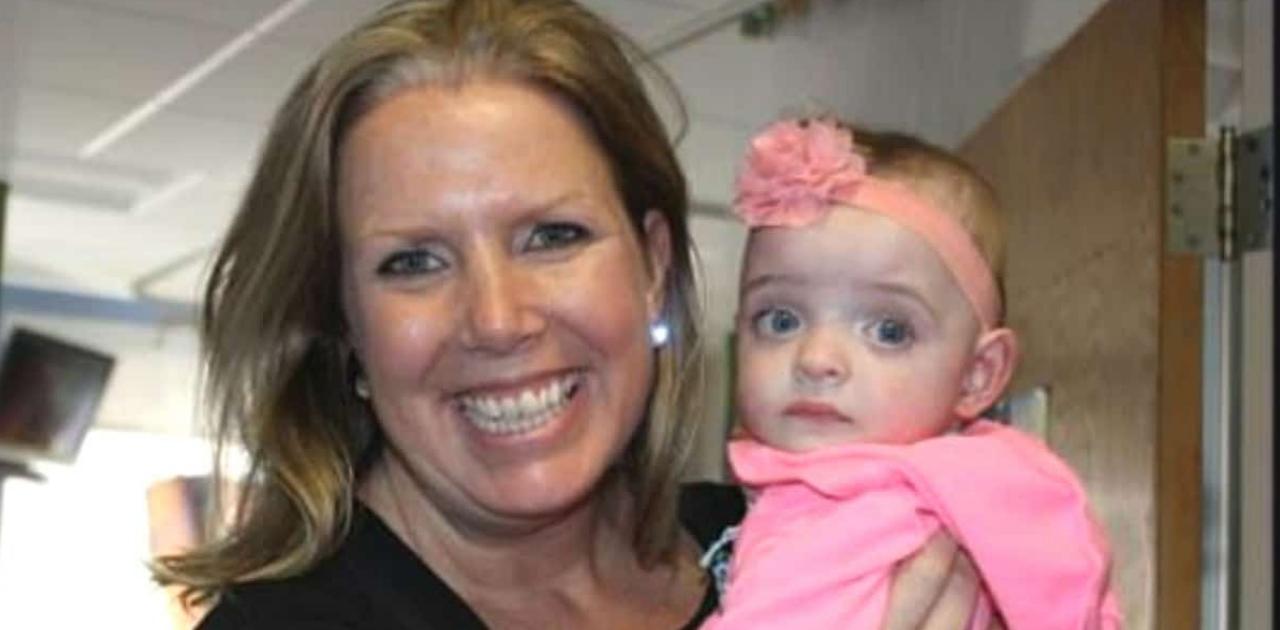 Enfermeira adota bebê prematura que nunca foi visitada em hospital