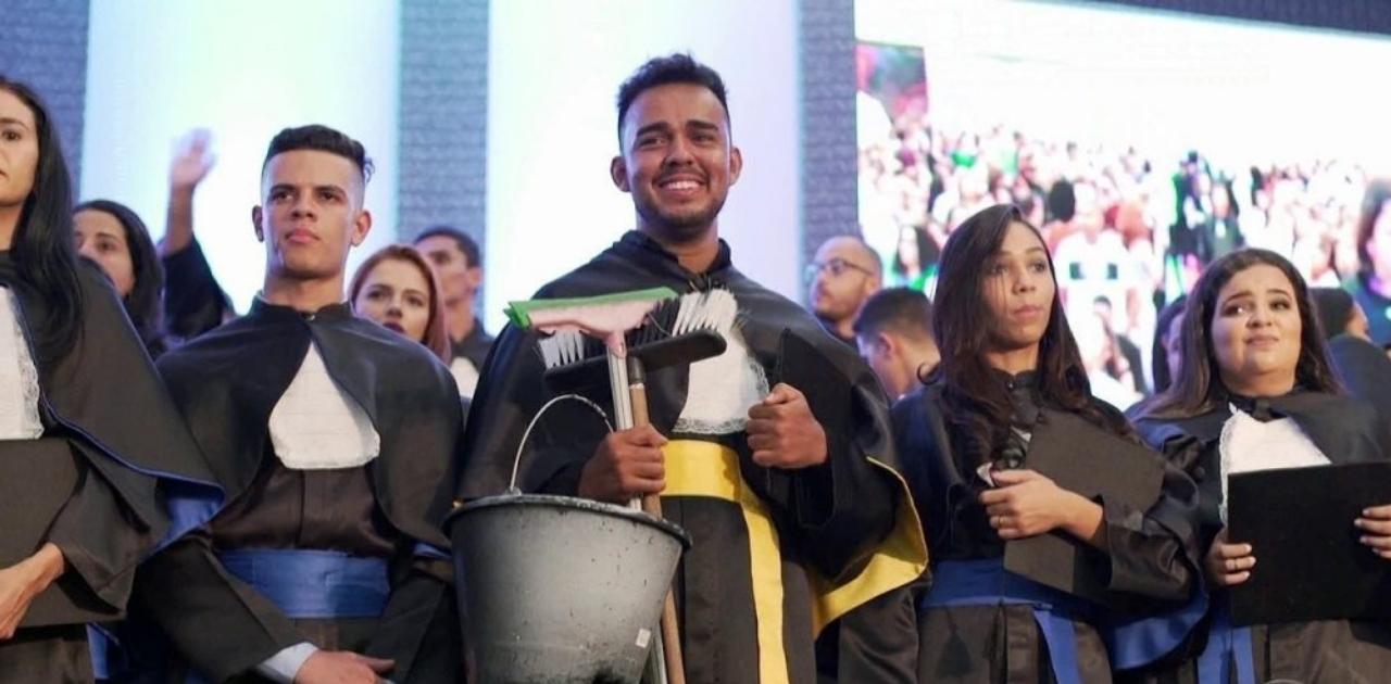 Faxineiro do interior baiano vence obstáculos e se forma em jornalismo em Brasília