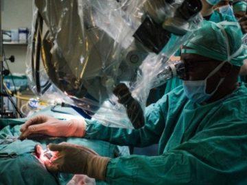 Médico sul-africano cura surdez de paciente com primeiro transplante de ouvido do mundo
