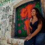 Menina que sonhava ter lar sem goteiras hoje 'transforma casas' de graça