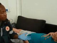 Em vídeo viral, socorrista do SAMU canta para idoso com Alzheimer para acalmá-lo
