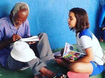 Menina de 9 anos ensina vendedor de picolé de 68 a ler e escrever no Ceará
