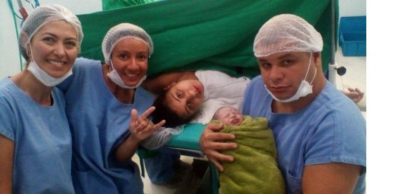 Parto de bebê filho de pais surdos é acompanhado por intérprete de libras