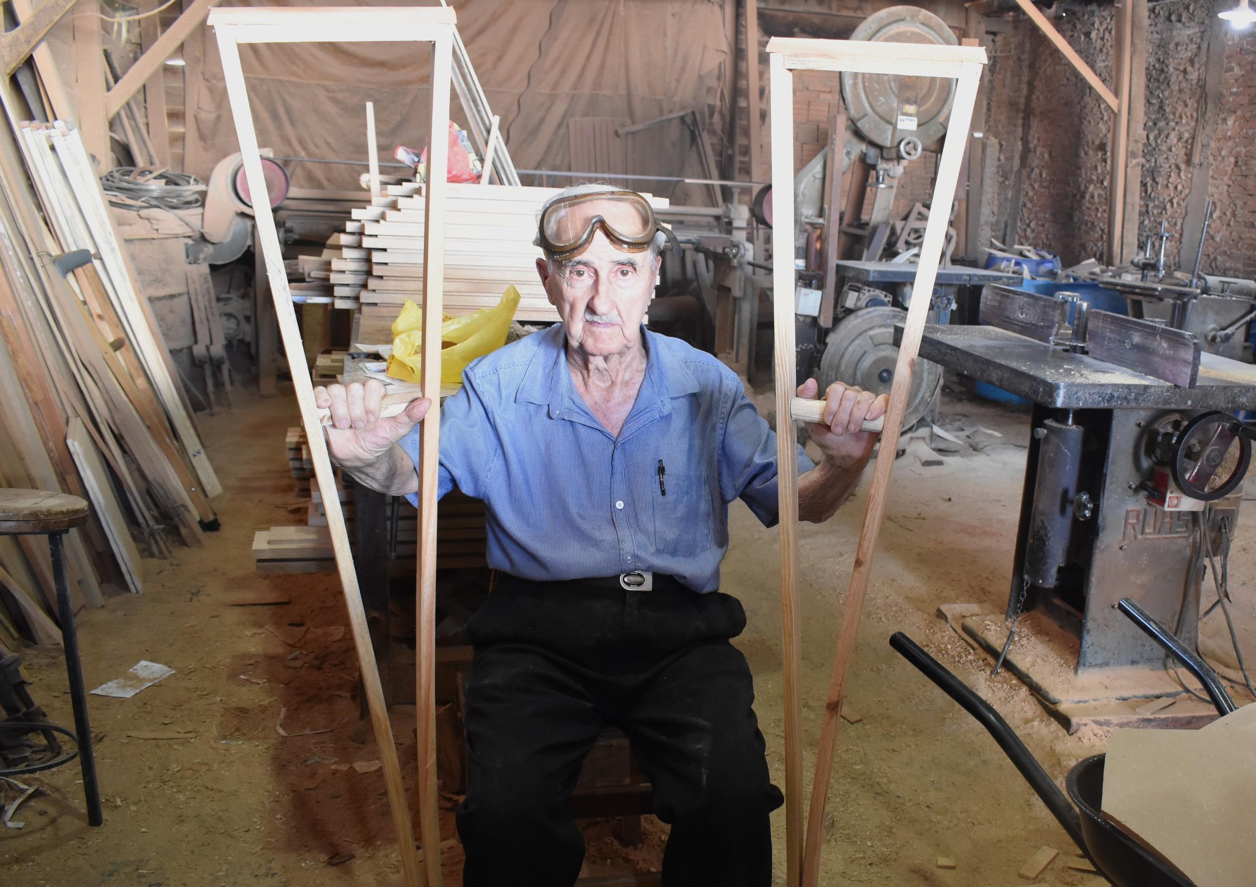 Carpinteiro doa mais de 10 mil muletas em 48 anos de profissão