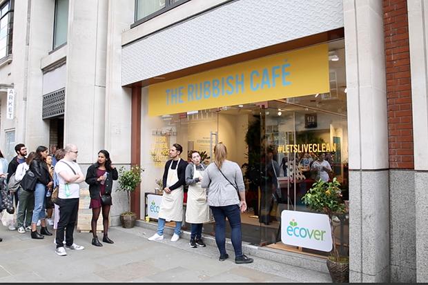 Empresa promove troca de embalagens de plástico por comida em Londres
