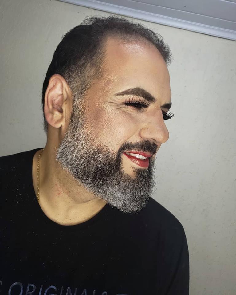 Pai vira modelo por um dia para filha maquiadora e foto viraliza