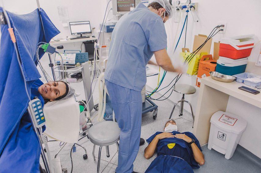 Pai desmaia durante parto de filho e mãe pede para fotografar