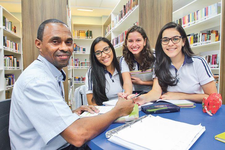 Alunas ensinam porteiro da escola e ele passa na faculdade em Vitória (ES)