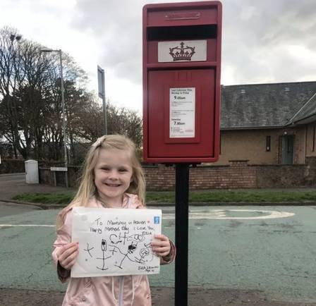 Menina escreve carta para a mãe, morta há 4 meses, e obtém resposta