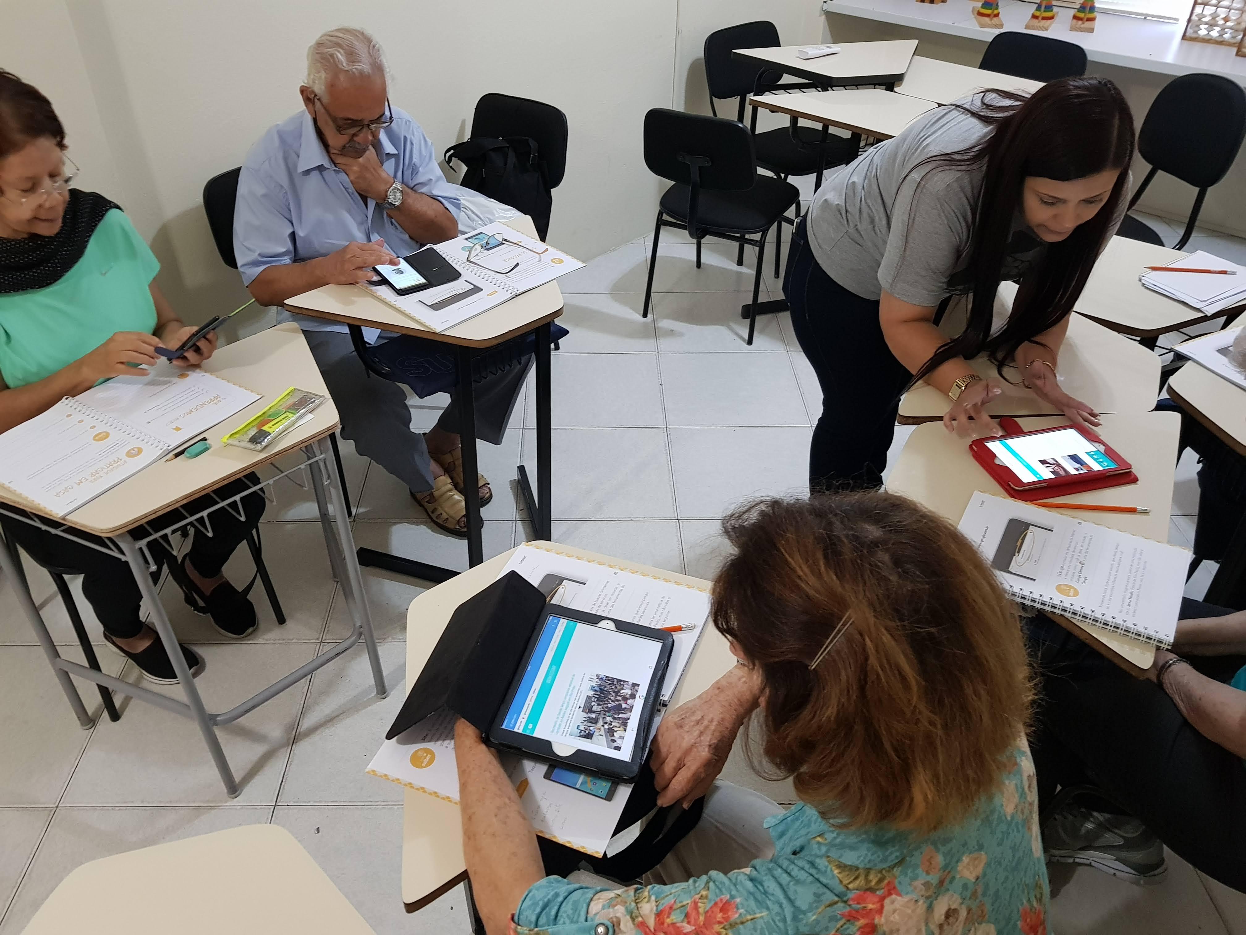 Curso ensina idosos a usarem redes sociais na Barra da Tijuca (RJ)