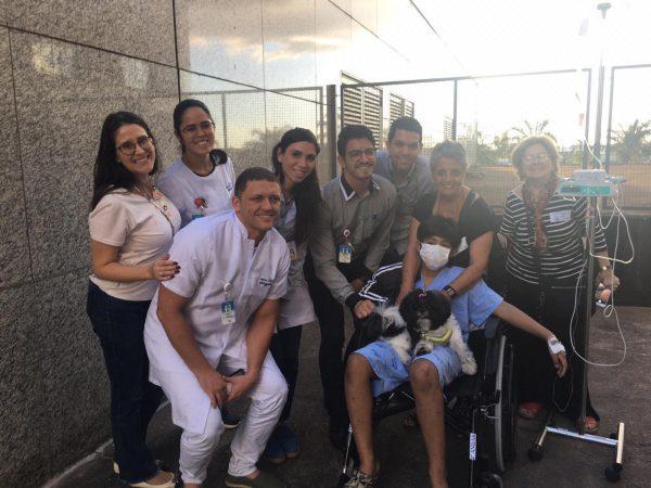 Garoto internado e cachorrinha se despedem um do outro em hospital de Brasília