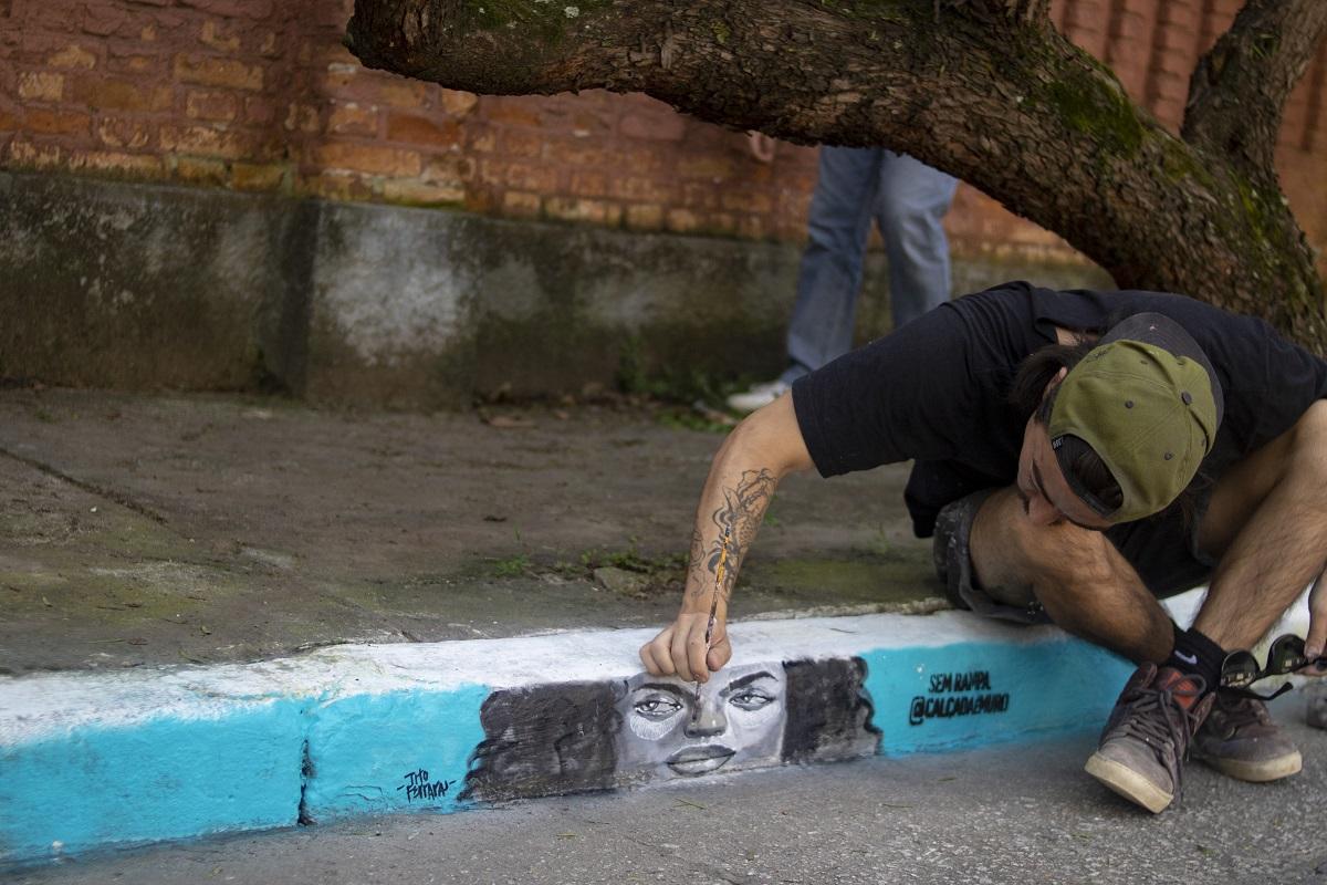 Graffitis mostram que calçadas sem rampas se tornam muros para quem é cadeirante