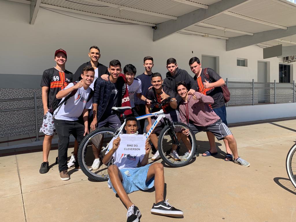 estudantes vaquinha compram bike colega bicicleta roubada