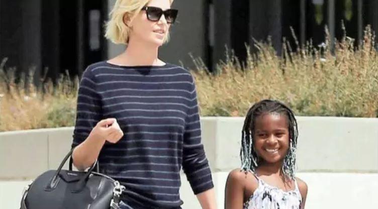 """Charlize Theron revela que sua filha adotiva é trans: """"Quero protegê-la e apoiá-la"""""""